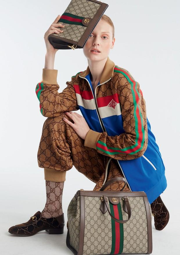Casaco (R$ 6.730), calça (R$ 5.610), meia-calça (R$ 1.110), clutch (R$ 6.850), bolsa grande (R$ 8.160) e mocassins, tudo Gucci (Foto: Mariana Marão)