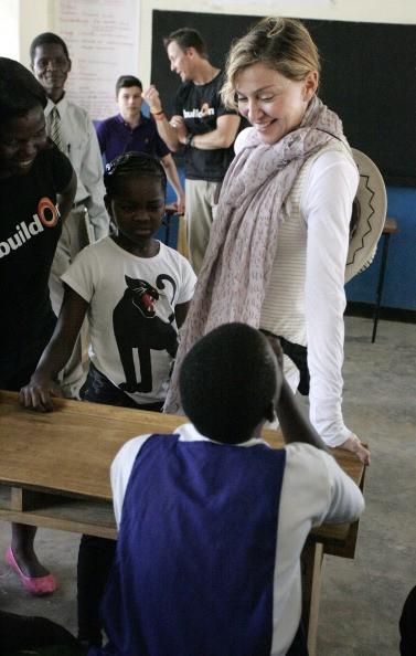 Madonna em uma das escolas que a organização Raising Malawi comanda (Foto: Getty Images)