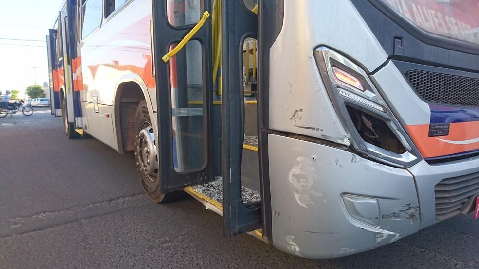 Porta do  ônibus ficou danificada após o acidente  (Foto: Alan Schneider / TV TEM )