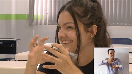 Surda e ex-aluna do IFSC, jovem passa na UFSC e pretende ser professora de Libras