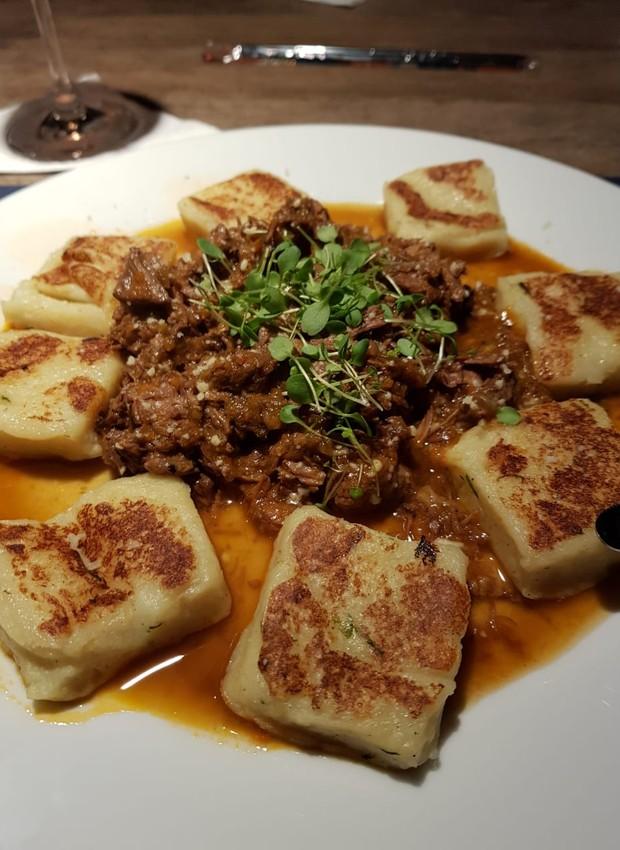 Nhoque tostado com ragu de carne, do chef Caio Fontenelle, do Oliv Restaurante (Foto: Oliv Restaurante/Divulgação)
