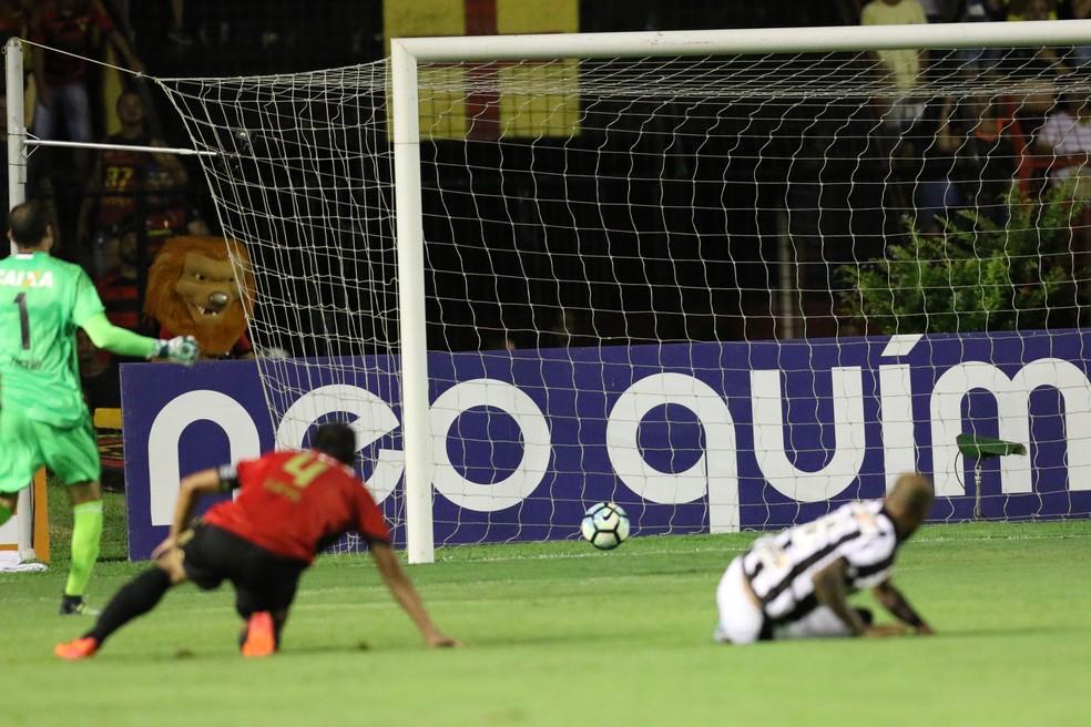 Magrão e Henríquez observam bola entrar em gol do Botafogo após falha (Foto: Aldo Carneiro / Pernambuco Press)
