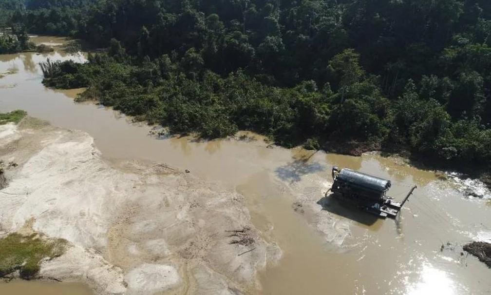 Draga de garimpo no rio Parima, na Terra Yanomami — Foto: Divulgação/Condisi-YY