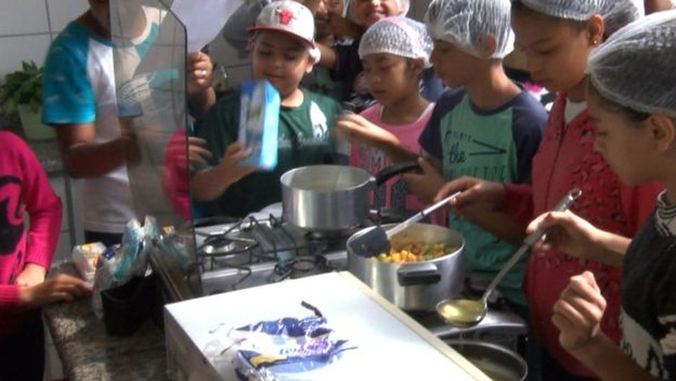 Mais velhos aprendem também a usar alimentos em pratos saudáveis, como o empadão de legumes sendo preparado na foto acima (Foto: BBC)
