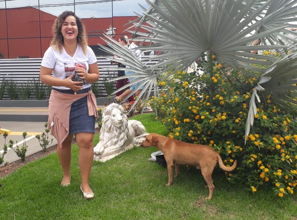 Mariana Barros levou água e comida para o Rex, companheiro de Enem — Foto: Magda Oliveira/G1