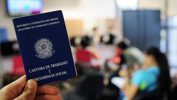 carteira de trabalho, emprego, desemprego, CLT, trabalho formal (Foto: Pedro Ventura / Agência Brasília)