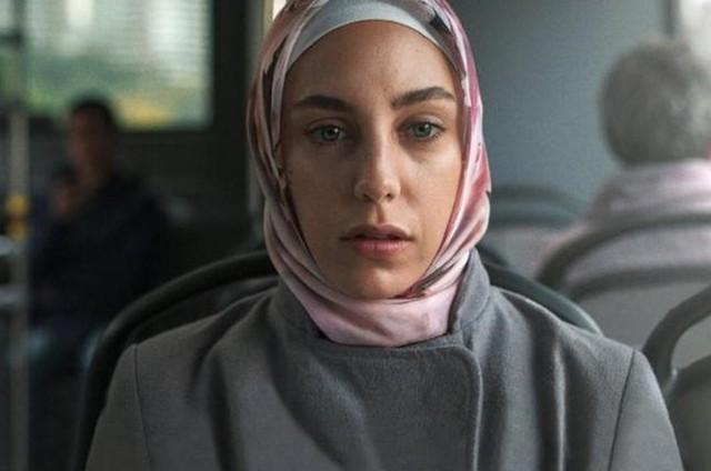 Öykü Karayel como a Meryem de '8 em Istambul', da Netflix (Foto: Divulgação)