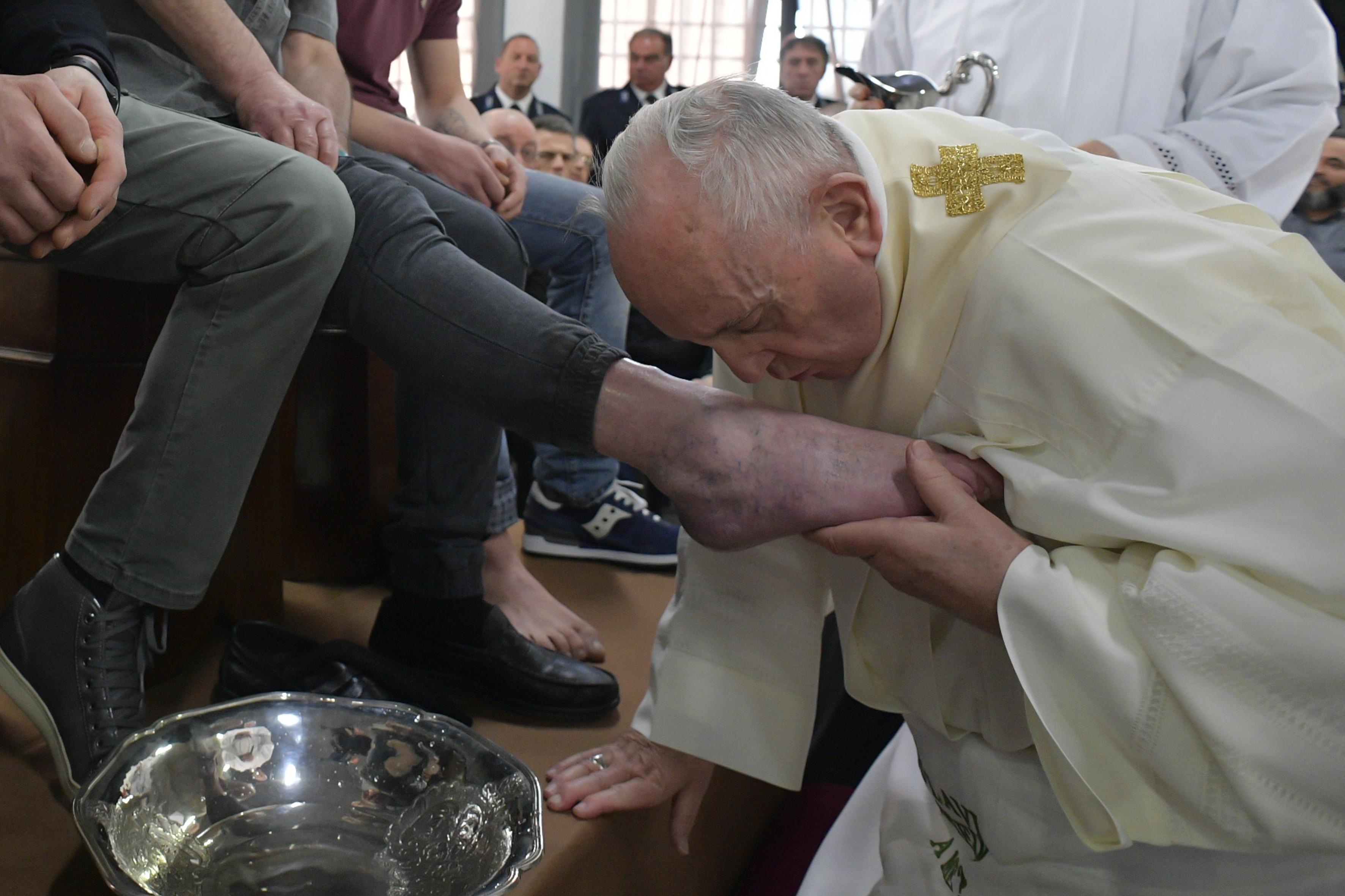 Papa Francisco lava pés de presidiários em ritual de Quinta-feira Santa; veja FOTOS