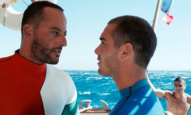 """Jean Reno e Jean-Marc Barr em cena do filme """"Imensidão Azul"""""""
