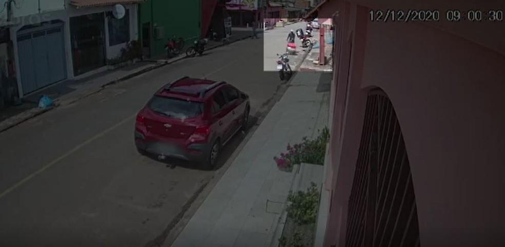 Imagens mostram Gilcimar chegando no bar antes de ser morto por policial penal  — Foto: Reprodução