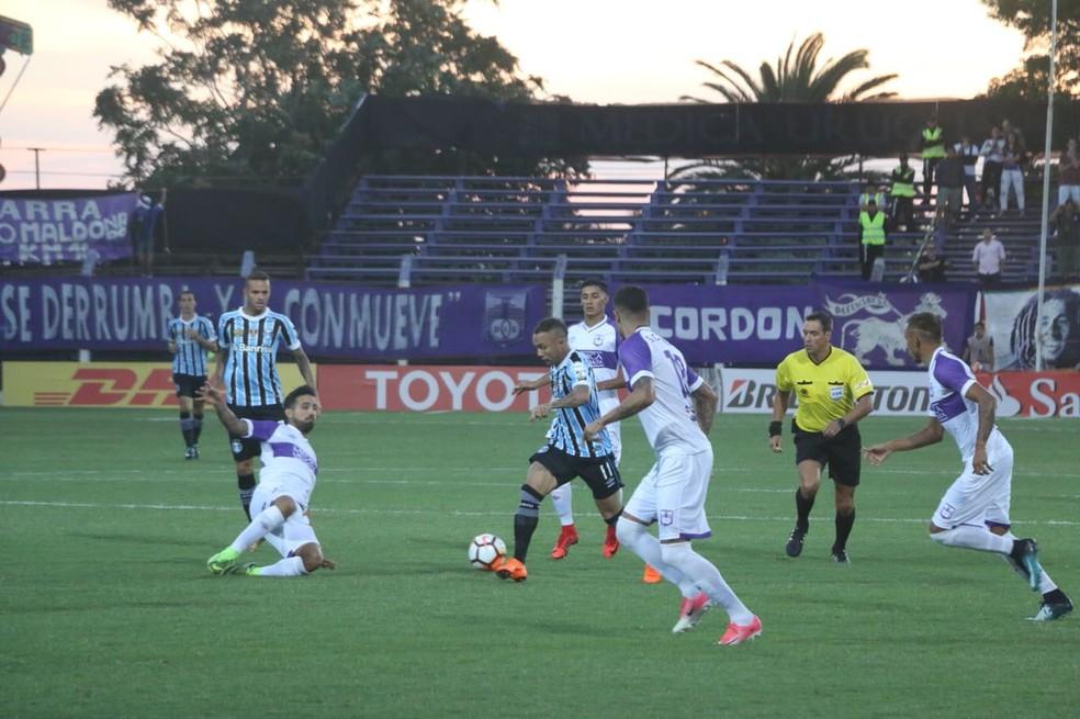 Marcação do Defensor esteve sempre próxima e com muitos jogadores (Foto: Eduardo Moura)