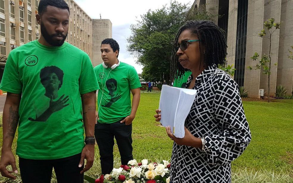 A diretora executiva da Anistia Internacional no Brasil, Jurema Werneck, segura manifesto 'Jovem Negro Vivo' em frente ao Ministério da Justiça (Foto: Marina Oliveira/G1)
