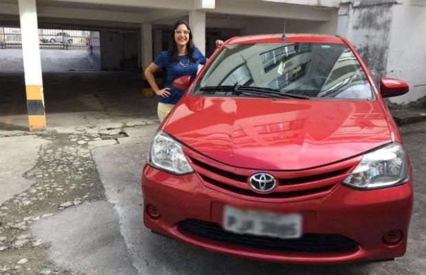 A leitora Bruna Gomes com seu Toyota Etios hatch 1.3 X (Foto: Arquivo Pessoal)