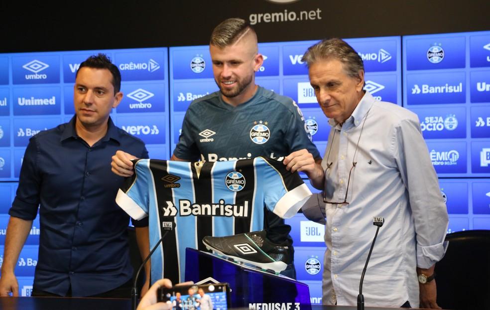 Caio Henrique é apresentado pelo Grêmio — Foto: Eduardo Moura