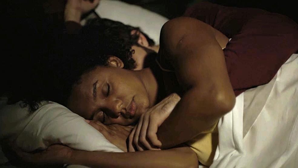 Camila (Jéssica Ellen) e Danilo (Chay Suede) dormem juntos, mas a professora sente uma terrível pontada na barriga em 'Amor de Mãe — Foto: Globo