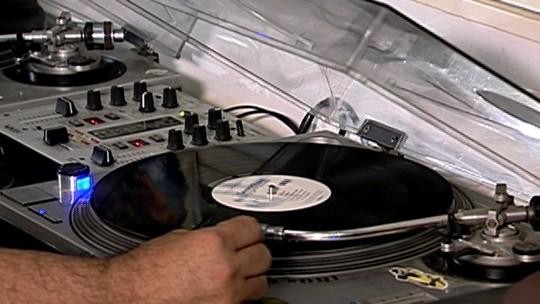 Sucesso nos anos 80, discos de vinil aquecem mercado musical no Brasil