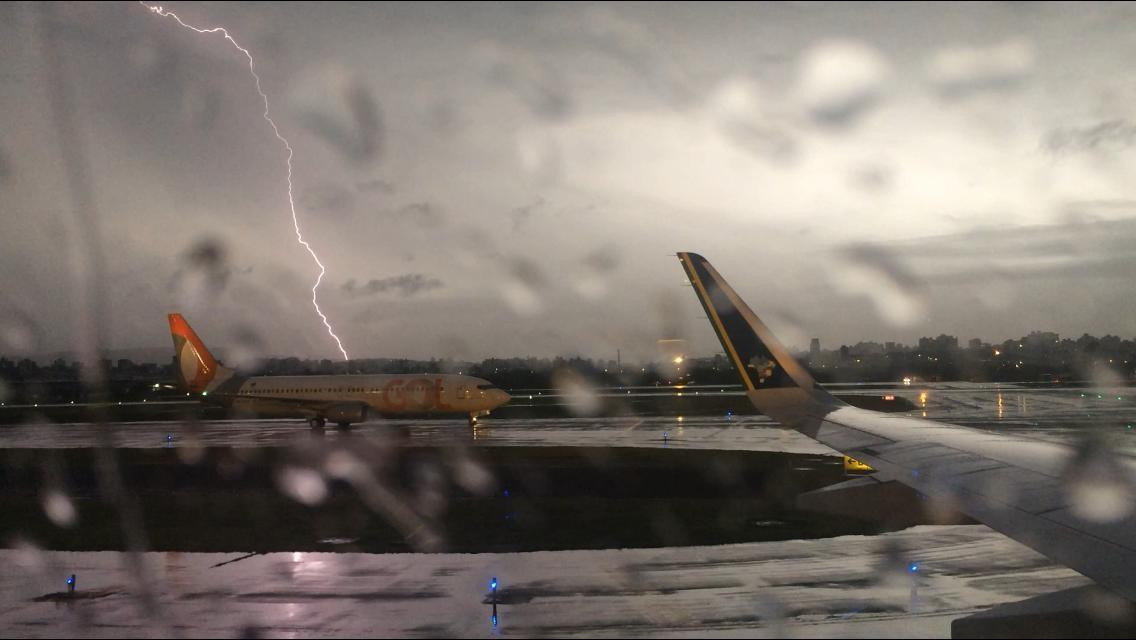 Porto Alegre tem chuva com raios e granizo, e aeroporto Salgado Filho fecha para operações de solo - Notícias - Plantão Diário