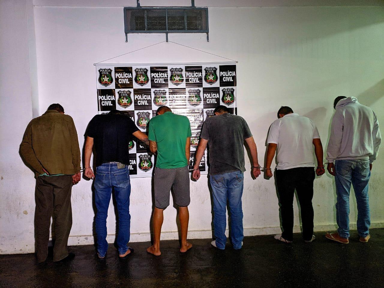 c5a575dca5 ... um dos suspeitos foi preso em flagrante dentro de um estabelecimento  comercial quando aplicava mais um golpe. Seis pessoas são presas suspeitas  em ...