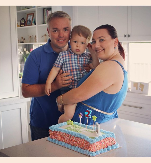 Os pais de Mason em seu aniversário de 2 anos (Foto: Reprodução Facebook)