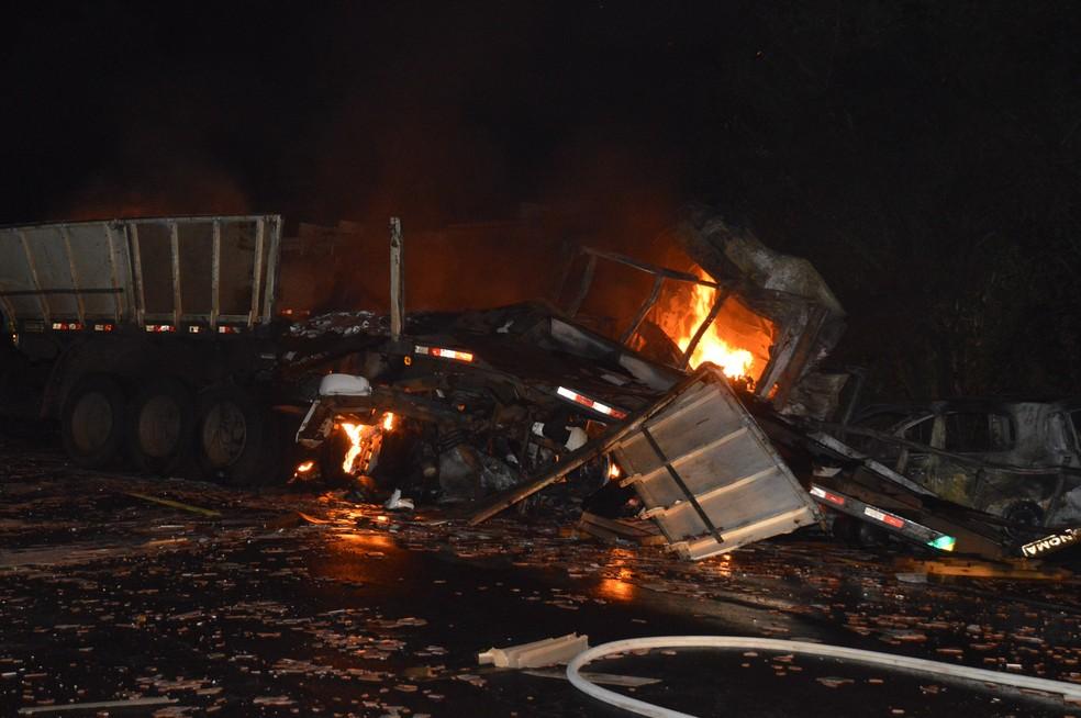 Chamas atingiram os veículos depois da explosão (Foto: Manoel Moreno / Divulgação )