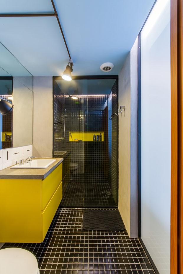 Apartamento pequeno com décor em tons de azul, verde e amarelo (Foto: Quadra 2)