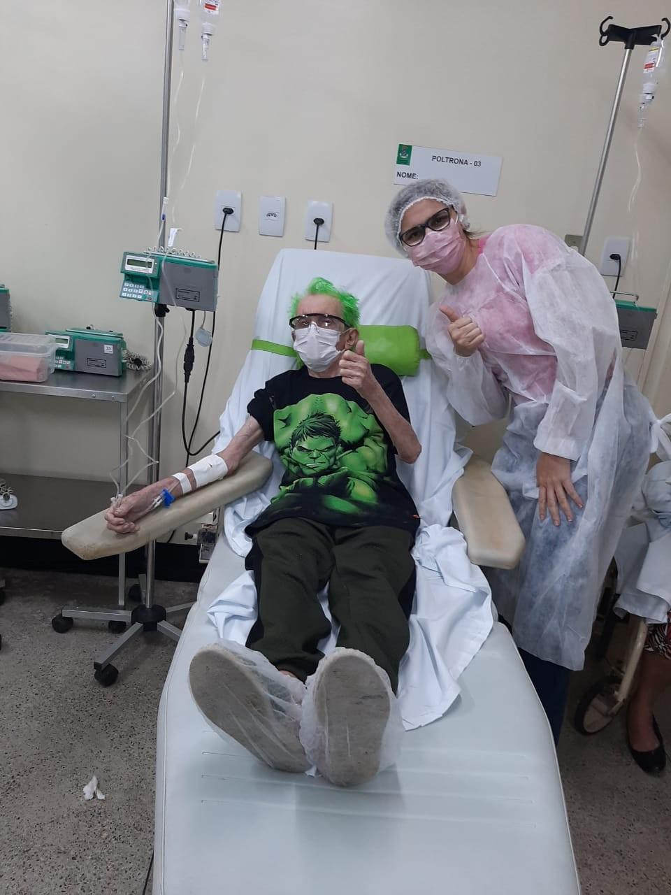 Em tratamento de câncer, idoso de 84 anos se veste de super-herói em sessões de quimioterapia no Ceará