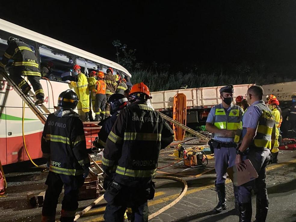 Acidente próximo à cidade de Parapuã deixou mortos e feridos na noite desta segunda-feira (21 — Foto: Bill Paschoalotto/TV Fronteira