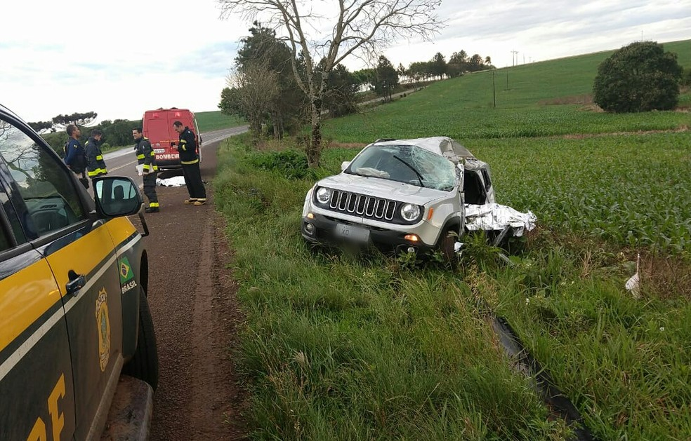 Carro saiu da pista e se chocou contra uma árvore na BR-158 — Foto: PRF/Divulgação