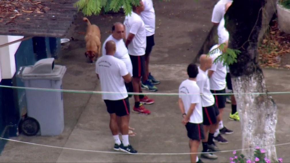 Cãozinho passeia perto de Pezão no pátio da Unidade Prisional — Foto: Francisco de Assis/TV Globo