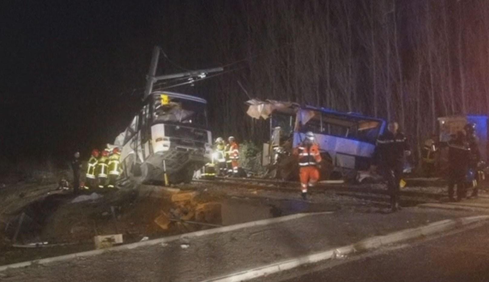 Sobe número de crianças mortas em batida de ônibus escolar com trem na França