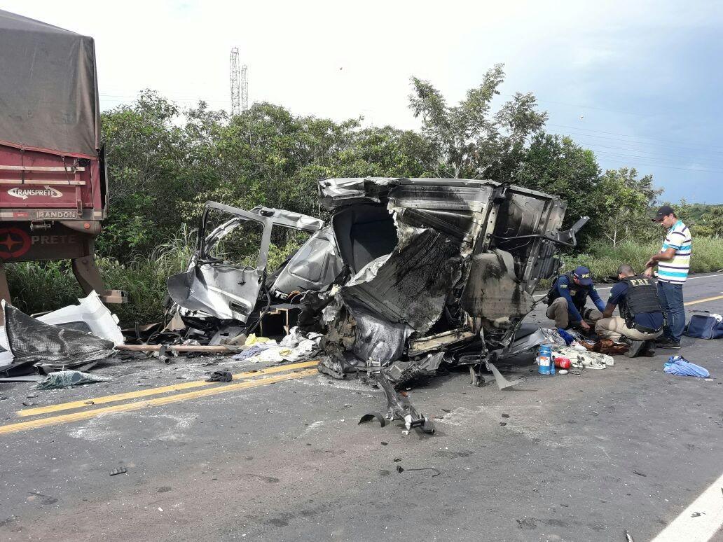Motorista é internado na UTI após acidente entre duas carretas na BR-364 em RO