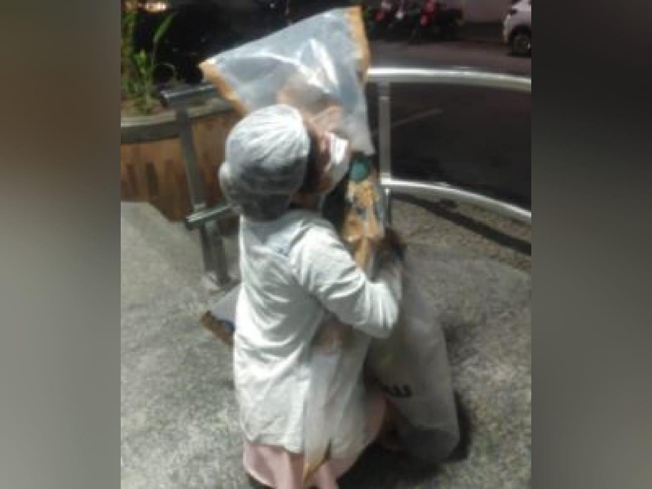 Empresária faz 'roupa' de plástico para que filho da melhor amiga abraçasse a mãe em hospital de Fortaleza