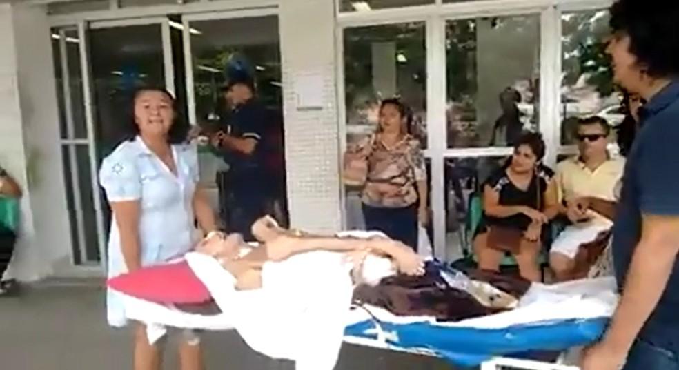 Família alega falta de atendimento e retira paciente de corredor de hospital — Foto: Reprodução