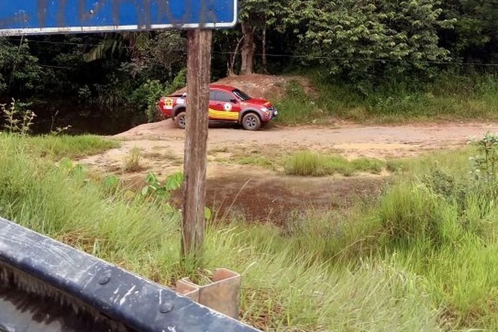 Corpo de vítima foi encontrado próximo à igarapé  (Foto: Politec/Divulgação)