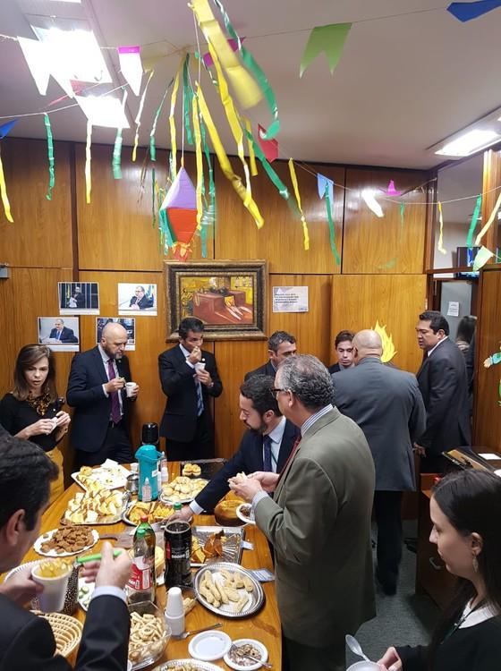 O arraial dos deputados. Organizado pelo primeiro vice-presidente da Câmara, Fábio Ramalho (MDB-MG) (Foto: Reprodução)