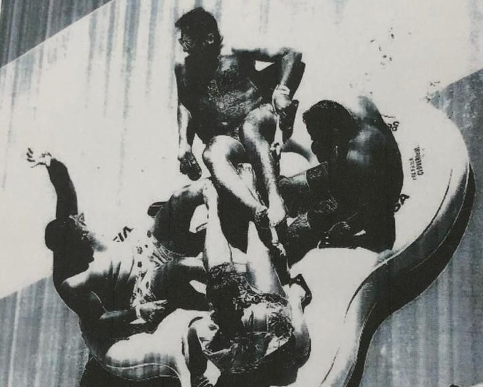 Imagem feita segundos antes de acidente mostra radialista (à direita) com outras três pessoas na descida de brinquedo do Beach Park onde houve acidente — Foto: Reprodução