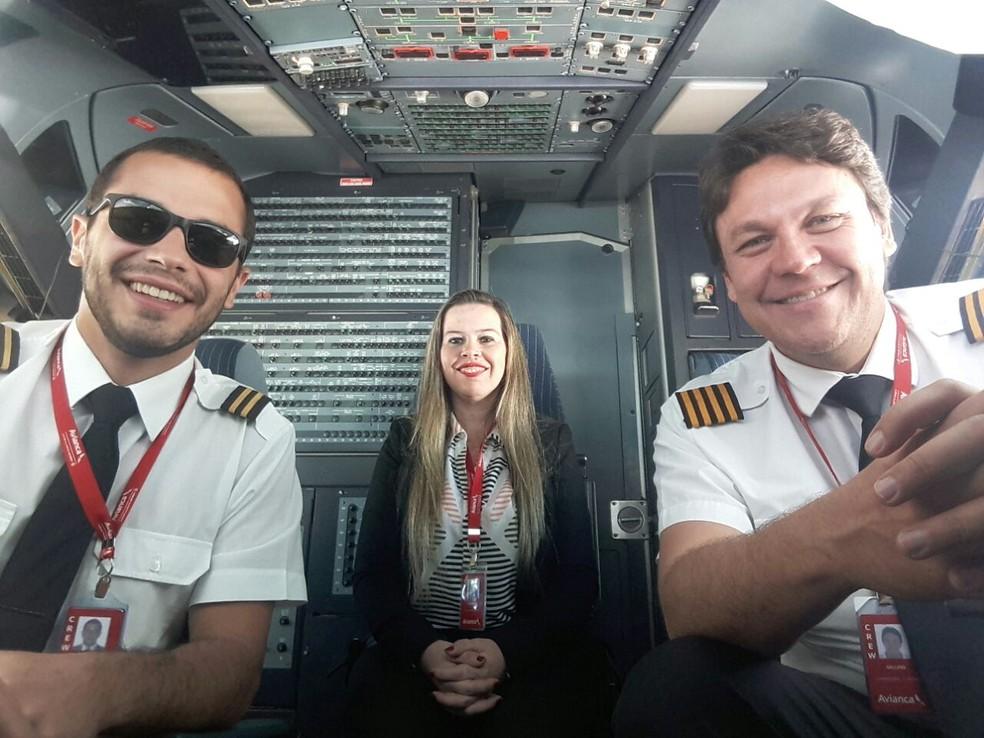 Piloto Nathalie Porto ao lado do comandante e copiloto de aeronave comercial (Foto: Arquivo Pessoal)