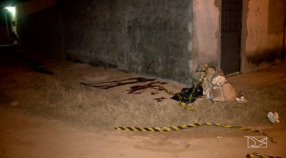 Segundo testemunhas, duas pessoas em uma moto mataram a tiros Francivaldo Silva Coelho, de 32 anos, no bairro Parque do Buriti, em Imperatriz.   — Foto: Reprodução/TV Mirante
