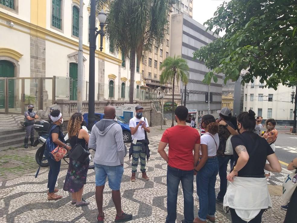 Grupo de turistas e guias negros é acompanhado pela PM por 3 horas em walking tour no Centro de São Paulo, no sábado (24) — Foto: Heitor Salatiel/Arquivo Pessoal/BlackBird Viagens