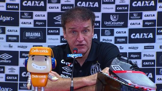 """Cuca vê empate do Santos justo, mas lamenta polêmica com arbitragem: """"Desestabilizou"""""""
