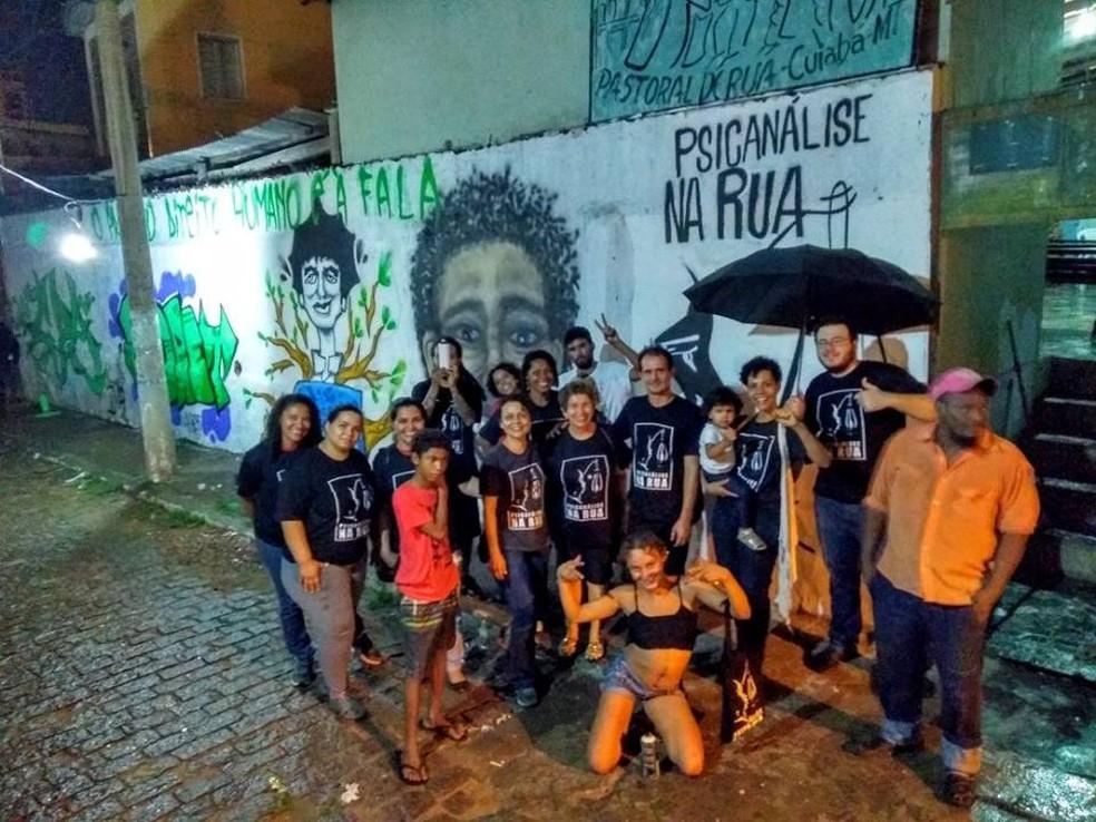 Projeto ajuda moradores de rua com a ajuda de voluntários — Foto: Adriana Rangel/ Arquivo pessoal