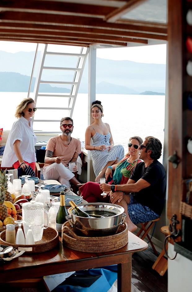 Lifestyle Paraty - Gisela Schmitt, do bufê Sem Pressa, recebe os amigos  num barco em Paraty (Foto: Rogério Voltan)