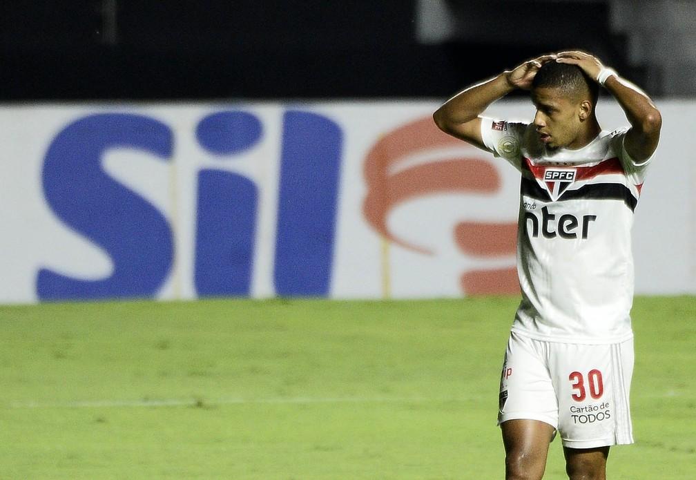 Brenner lamenta durante jogo do São Paulo: atacante está em jejum — Foto: Marcos Ribolli
