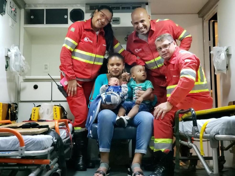 Mãe com os 2 filhos e a equipe de socorristas dentro da ambulância em Três Rios — Foto: Divulgação/K-infra