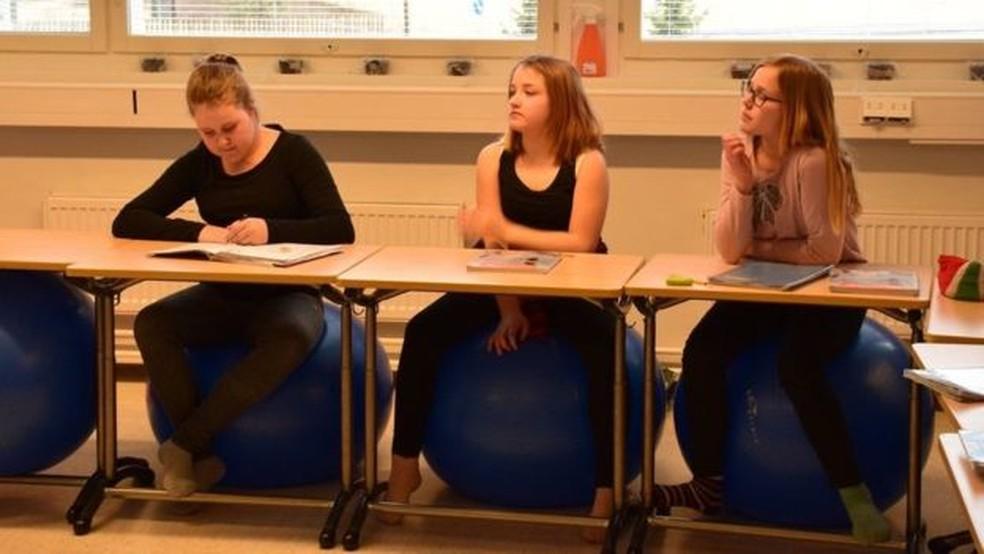 Mobiliários foram mudados, e bolas de pilates são usadas em salas de aula  (Foto: BBC)