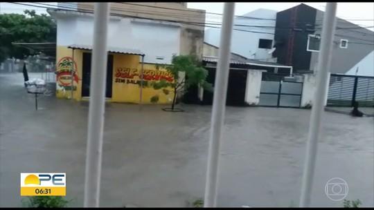 Dia de chuva tem alagamentos, ondas altas e queda de árvores no Grande Recife