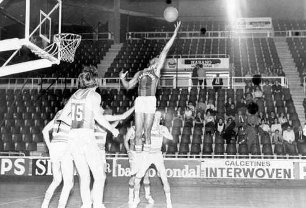 Charles Thomas em ação pelo Barcelona nos anos 70 — Foto: Arquivo pessoal