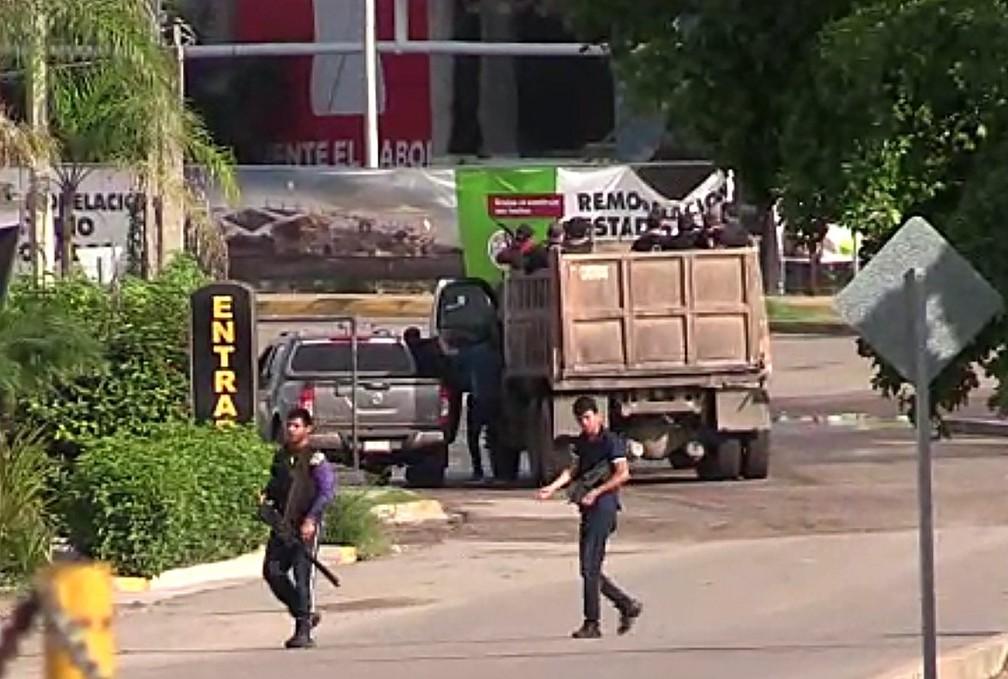 Civis armados são vistos em Culiacán, no México — Foto: STR/AFP