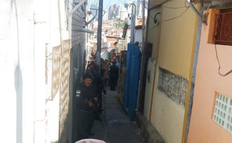 Chacina aconteceu no Beco de Releixo, no bairro das Rocas, nesta terça-feira (27) (Foto: Cláudia Angélica/Inter TV Cabugi)