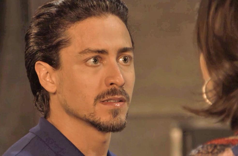 Jerônimo (Jesuita Barbosa) está sofrendo por tudo que está rolando em sua vida, em 'Verão 90' — Foto: TV Globo